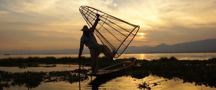 Magiczny zachód słońca nad jeziorem Inle