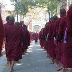 Marsz mnichów z świątyni Mahar Gandar Yone