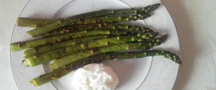 Szparagi z jajkiem w koszulce